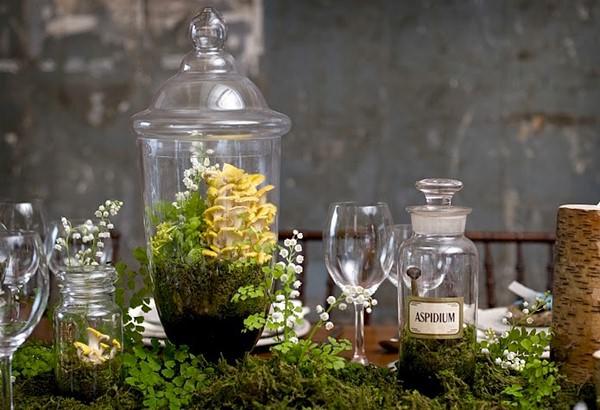 Несколько небольших садов в бутылках - альтернатива цветочным букетам на сервировочном столе