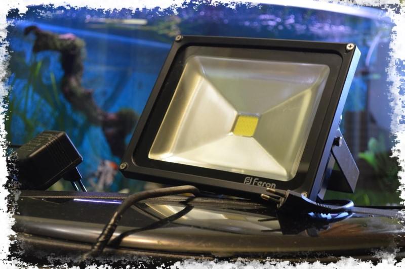 прожектор в аквариуме
