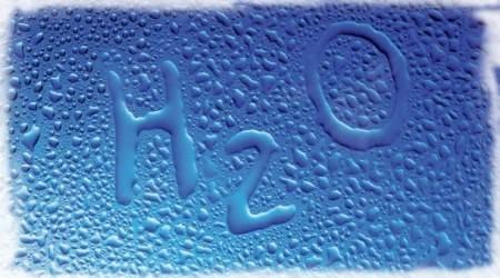 надпись H2O на стекле